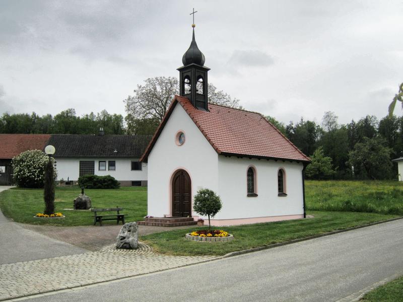 Kapelle Außenansicht vor Renovierung Dorfplatz